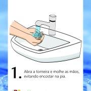 Abra a torneira e molhe as mãos, evitando encostar na pia