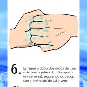 Esfregue o dorso dos dedos de uma mão a palma da mão oposta (e vice-versa), segurando os dedos, com movimento de vai-e-vem