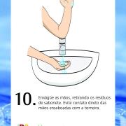 Enxágue as mãos, retirando os resíduos de sabonete. Evite contato direto das mãos ensaboadas com a torneira