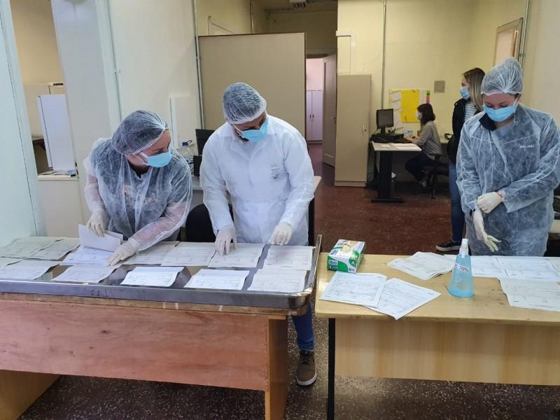 Equipe faz o recebimento, conferência e despacho das amostras para fora do RS.
