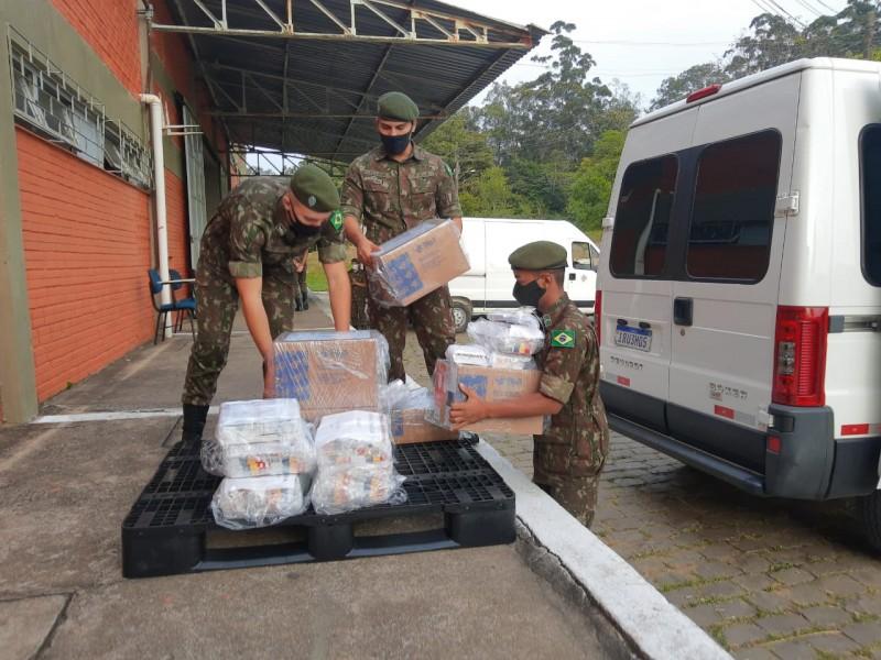 Soldados do exército carregando caixas de medicamentos