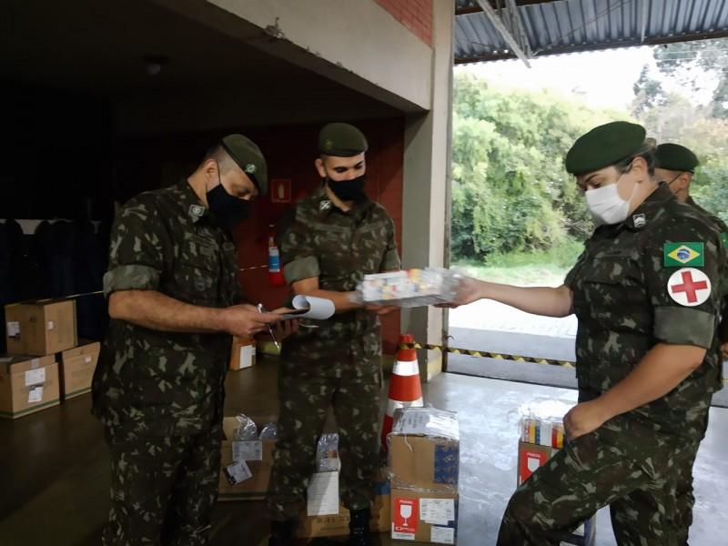 Soldados do exército trabalham na distribuição dos medicamentos